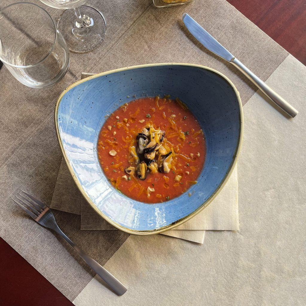 Insalata di cozze e bottarga con arachidi e gazpacho di fragole